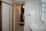 改修後の洗面脱衣室と浴室(裏座に設置)