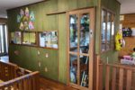 建物の中央に設けた調乳室と事務所(緑の壁のスペース)