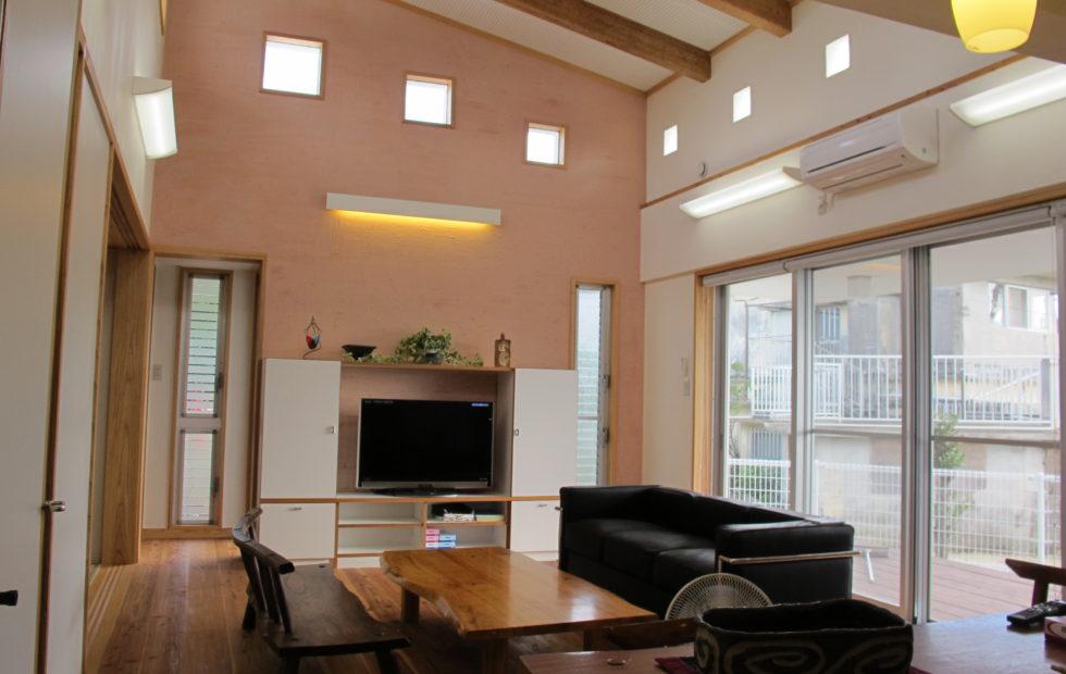 RC壁式構造外壁に木造屋根の居間