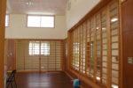 遊戯室(可動式の木柵:隣の中廊下を舞台として利用できる)