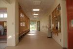 中廊下(遊戯室の舞台となる。右側にはといれ・事務室・ふれあいコーナー・図書室が並ぶ)