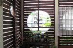 居間の延長であるウッドデッキの木格子(バリアフリー)