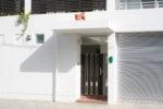 建物入口(右:車両用)