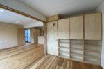 子供室から見る収納と居間(収納の裏にはもう一つ子供室があり、居間を仕切る3枚引き戸がある)
