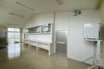準備室棚と仕切り壁 ※手前にガス乾燥機が設置。下は洗濯機スペース
