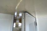 準備室と厨房間の仕切り壁に設置割いてあるドアの隙間ふさぎ金具