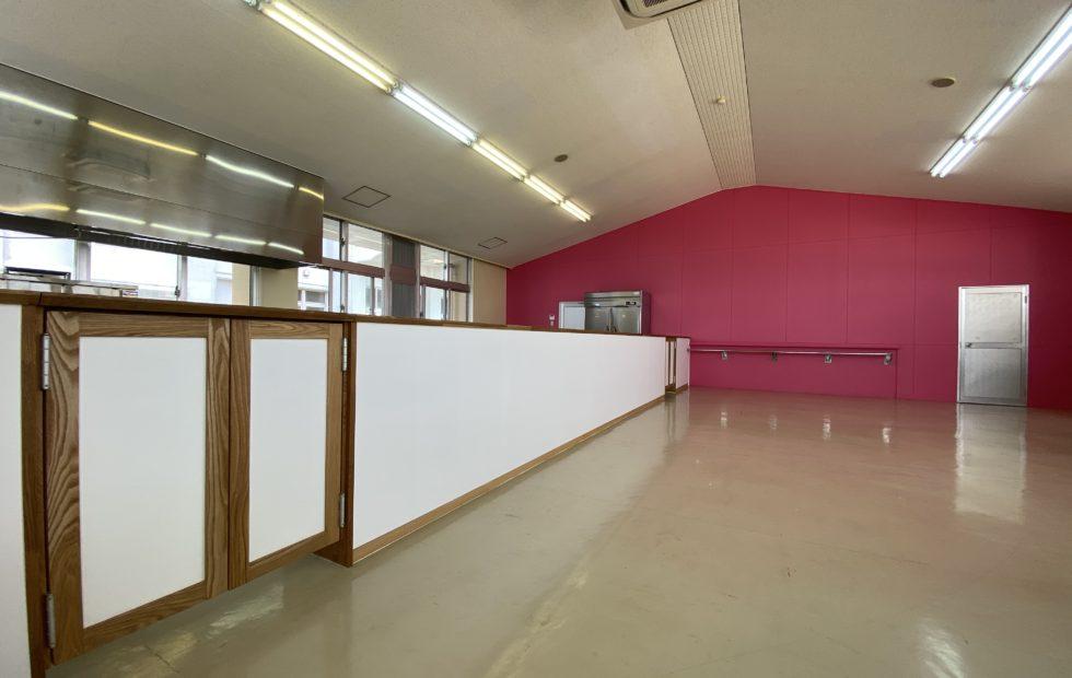 客室から望む白壁のカウンター。ピンクの壁は準備室との仕切