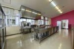 厨房機器。ピンクの仕切壁